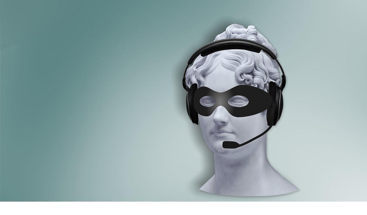 En bild på en skum staty med headset
